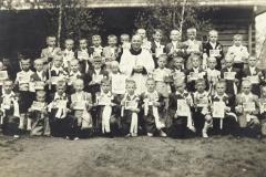 Ks. Roman Dobrzański z dziećmi od I Komunii św. ? rok 1955