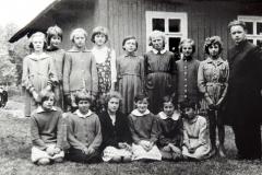 Ks. Jan Kula  z grupką młodzieży żeńskiej przy starej plebanii.