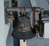 Dzwon bez datacji i nazwy z wizerunkiem Ukrzyżowanego i Matki Bożej.